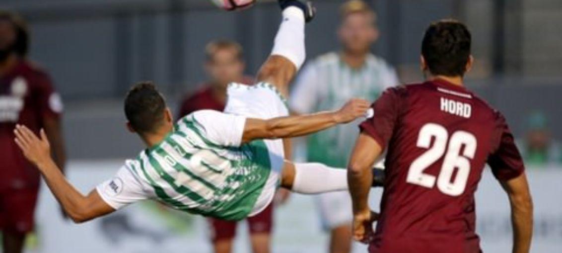 Американские футболисты забили гол с помощью серии акробатических трюков
